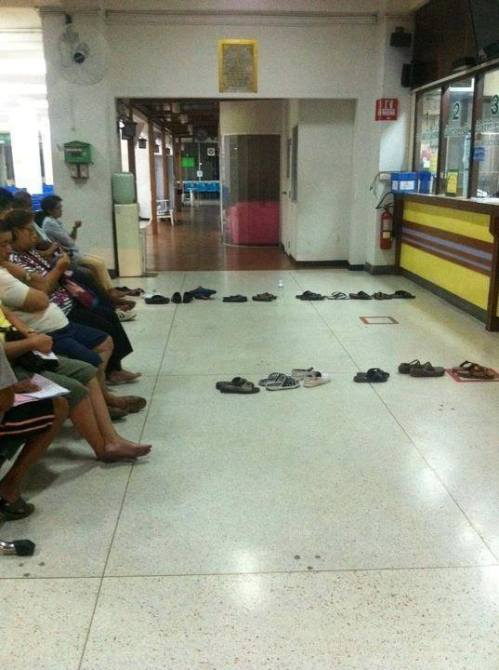 This is how people wait in line in Thailand.